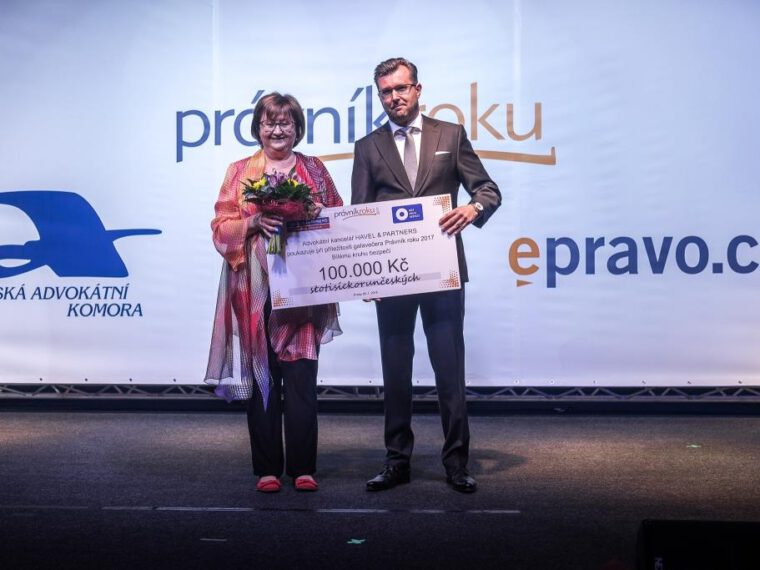 Law firm HAVEL & PARTNERS handed over a CZK 100,000 charity cheque to Bílý kruh bezpečí